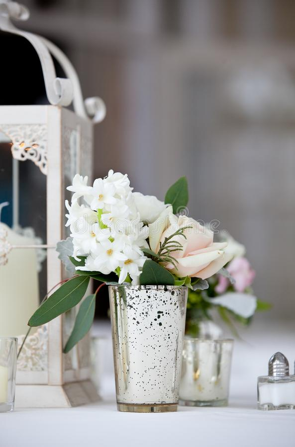 Serie della decorazione della tavola di nozze - un bello mazzo bianco dei fiori in un vetro trasparente fotografie stock