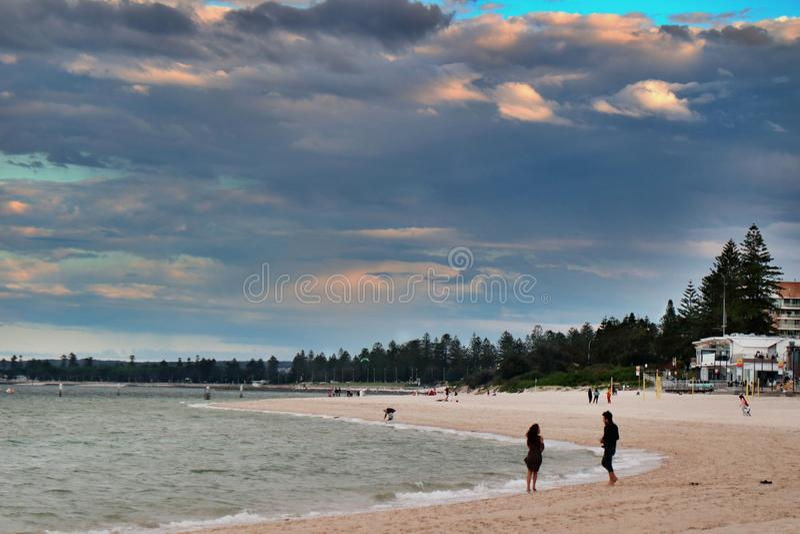 Serie delle coppie della spiaggia - Brighton-Le-sabbie fotografia stock