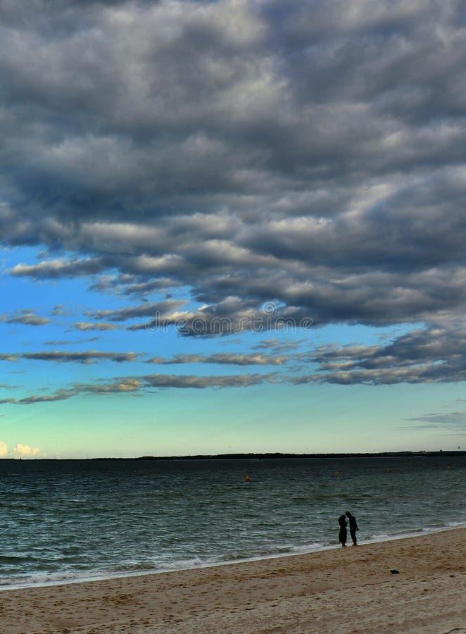 Serie delle coppie della spiaggia - le Brighton-Le-sabbie tirano fotografia stock