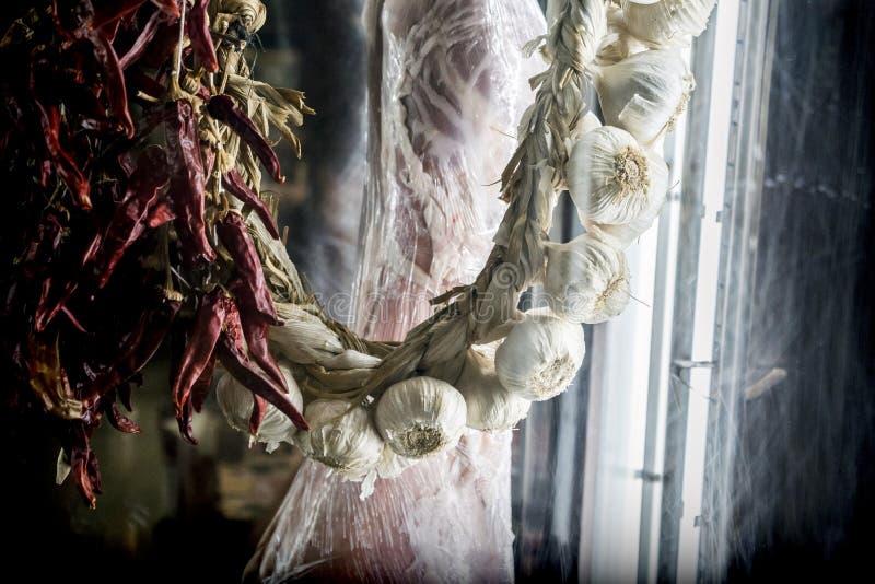 Serie di agli e di peperoni asciutti in un negozio tradizionale di Siviglia fotografie stock libere da diritti