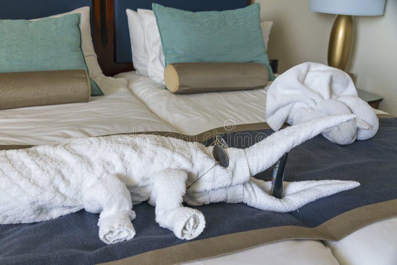 Serie di camera da letto brillantemente e fresca con gli asciugamani animali immagini stock libere da diritti
