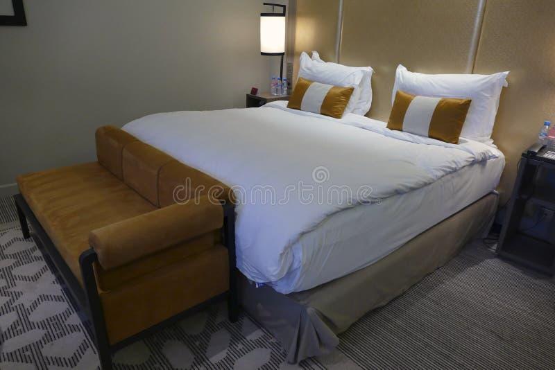 Serie di camera da letto in un albergo di lusso immagini stock