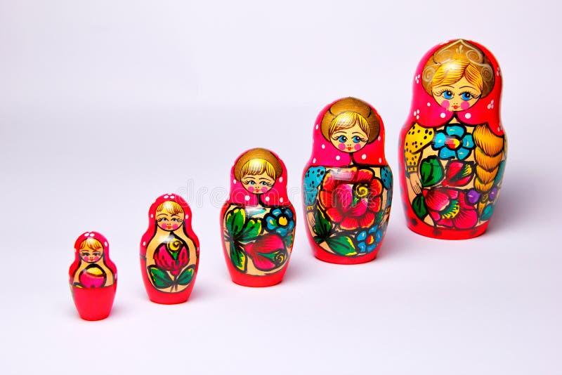 Serie di matryoshka con un fondo bianco fotografia stock
