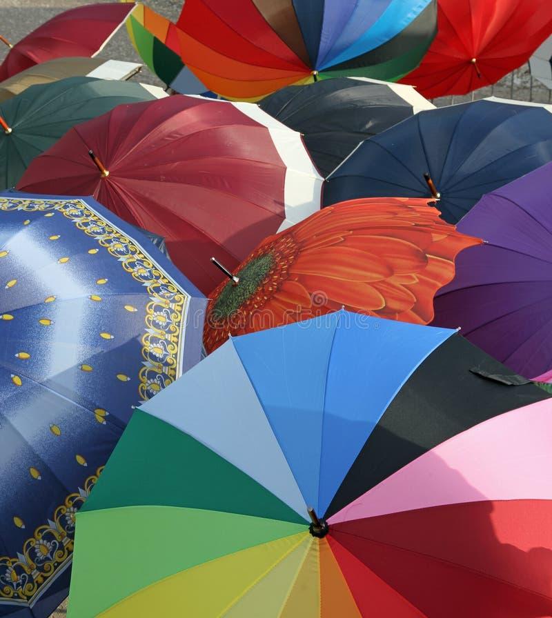 Serie di molti ombrelli da vendere dal mercato locale fotografia stock