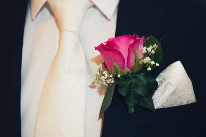 Serie di nozze con la fine dell'occhiello del fiore su fotografie stock libere da diritti