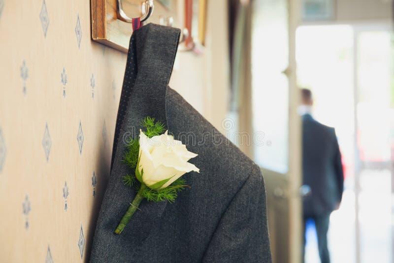 Serie di nozze con la fine dell'occhiello del fiore su fotografia stock
