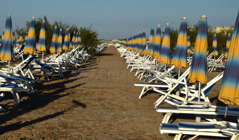 Serie di ombrelloni sul bibione della spiaggia fotografia stock libera da diritti