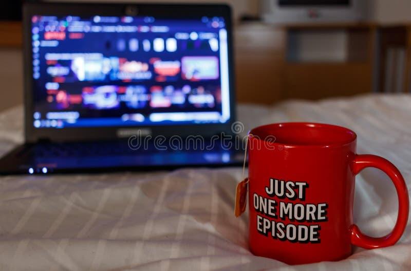 Serie di sorveglianza con una tazza di tè Appena un nuovo episodio Millen fotografie stock