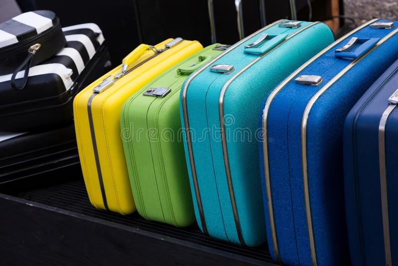 Serie di valigie d'annata variopinte fotografia stock libera da diritti