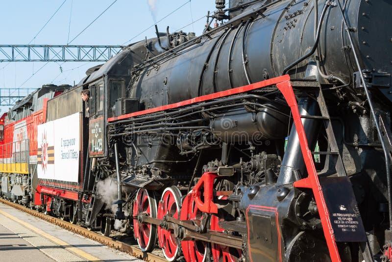 Serie L för ångalokomotiv på stationsplattformen royaltyfri foto