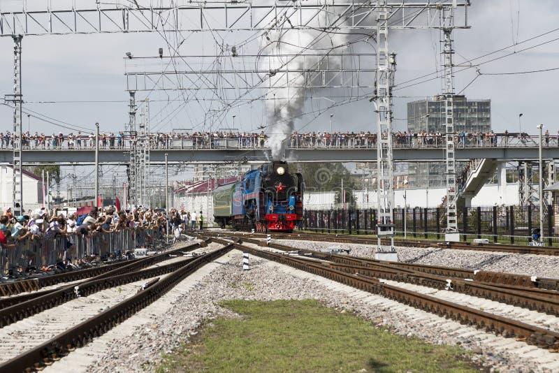 Serie P36 0027 för ångalokomotiv i handling på festivalen av från den ryska federationen järnväg soldater, Moskvaregion, arkivfoton