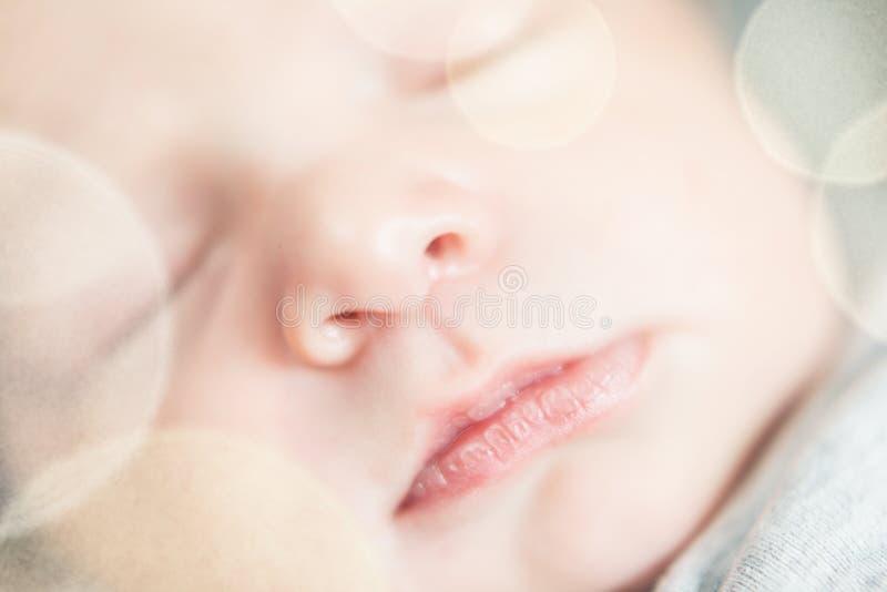 Serie recém-nascido bonito do bebê com o filtro pastel do bokeh foto de stock royalty free
