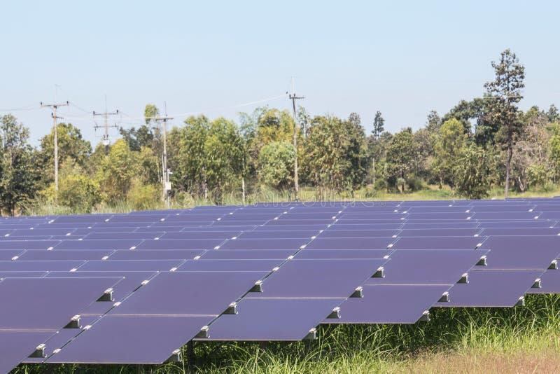 Serie van dunne filmzonnecellen of amorfe siliciumzonnecellen of photovoltaics in zonneelektrische centrale stock foto's