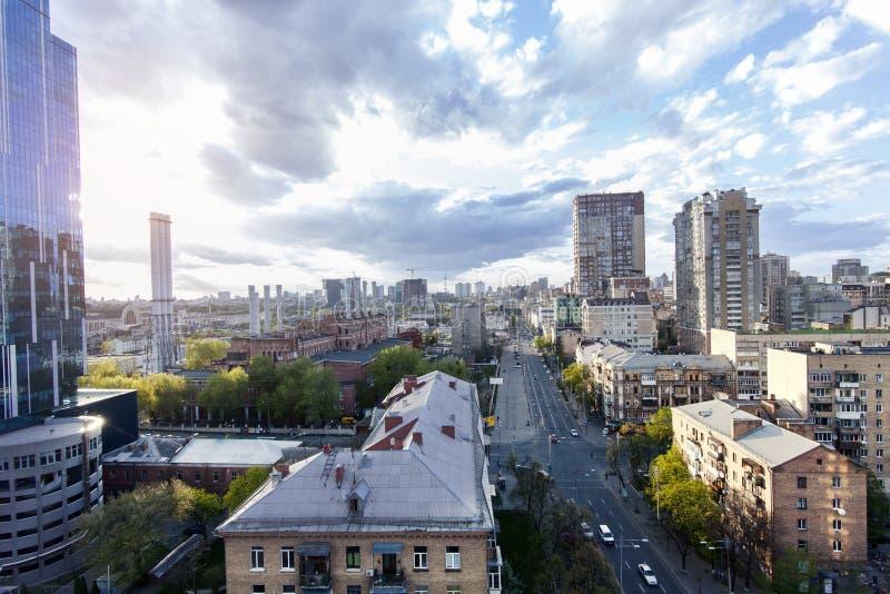 Seriell sikt av den fantastiska härliga Kyiv staden på soluppgång royaltyfri foto