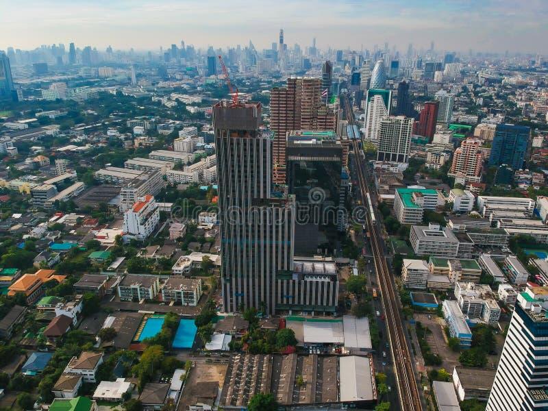 Seriell sikt för Cityscape av modern byggnad i Bangkok royaltyfria foton