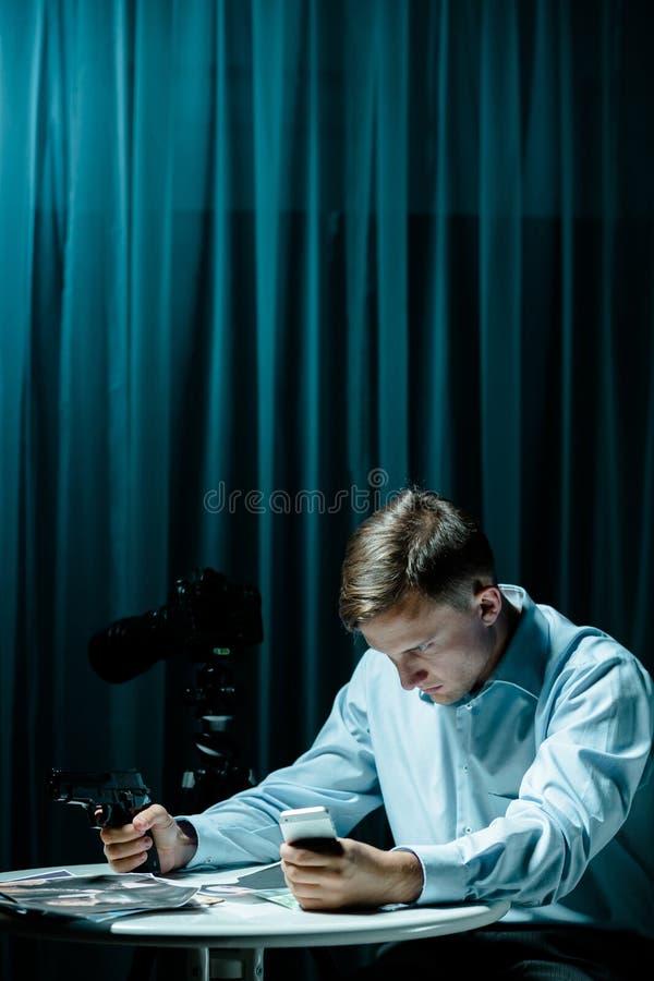 Seriemoordenaar in donkere ruimte stock fotografie