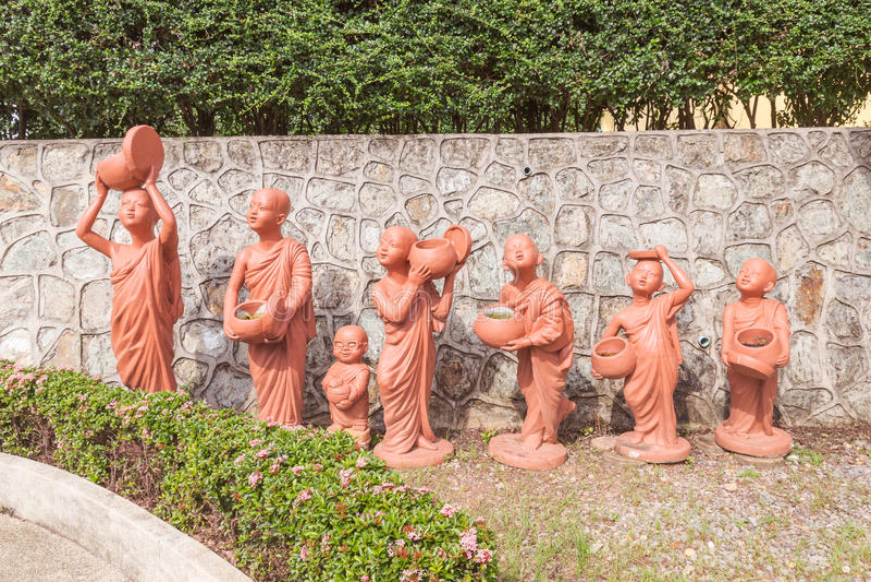 Serier av hållande allmosa för buddistisk novis bowlar leradockor fotografering för bildbyråer