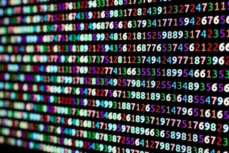 Serier av kulöra nummer på en dator övervakar med suddighet i royaltyfria foton