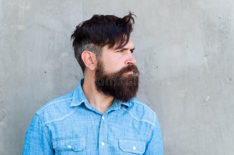 Serietà stessa Uomo barbuto Pantaloni a vita bassa maturi con la barba Cura facciale maschio cura maschio di modo del barbiere Uo fotografia stock