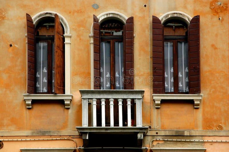 serievenice fönster royaltyfri foto