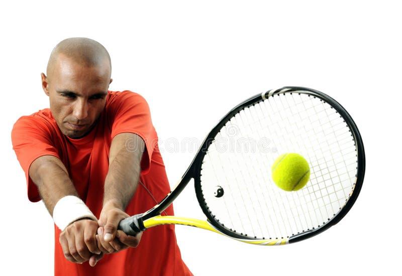 Serindo uma esfera de tênis fotografia de stock