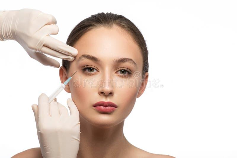 Serinfrau, die botox Einspritzung empfängt lizenzfreies stockfoto