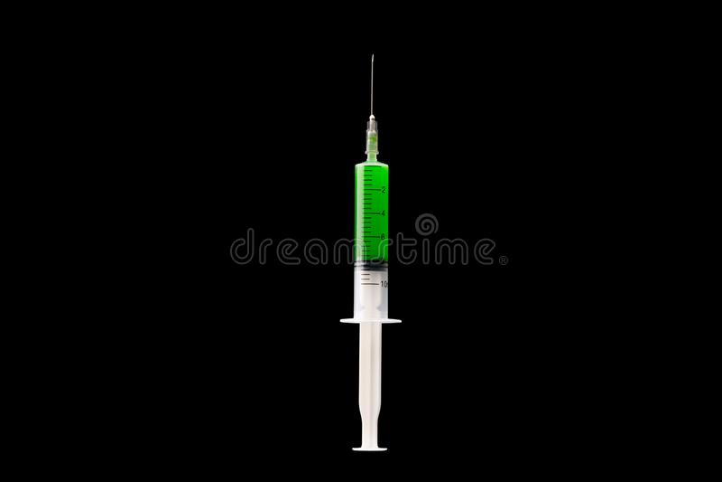 A seringa com líquido tóxico verde é close-up pronto para a injeção Seringa enchida com o líquido verde Isolado no preto fotos de stock royalty free