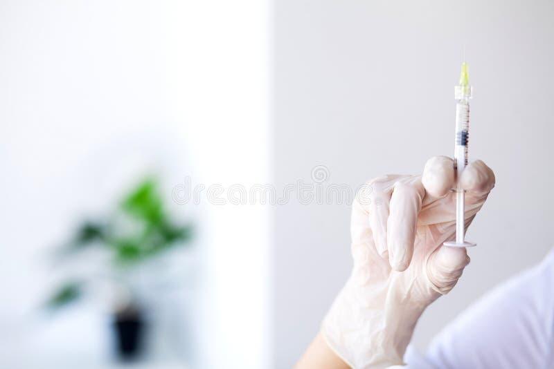 Seringa Doutor Prepared Syringe da vacina à injunção Patien fotografia de stock royalty free