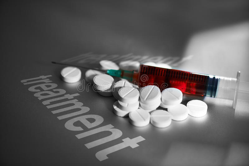 Seringa e comprimidos do tratamento médico fotografia de stock royalty free