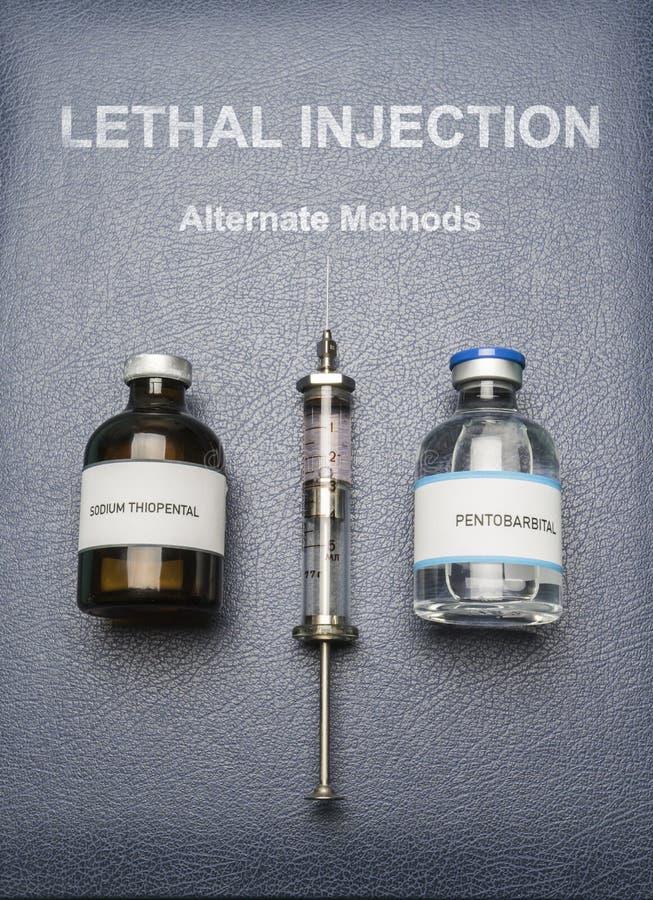 Seringa e drogas do vintage usadas na injeção letal em um livro da injeção letal, composição digital fotografia de stock