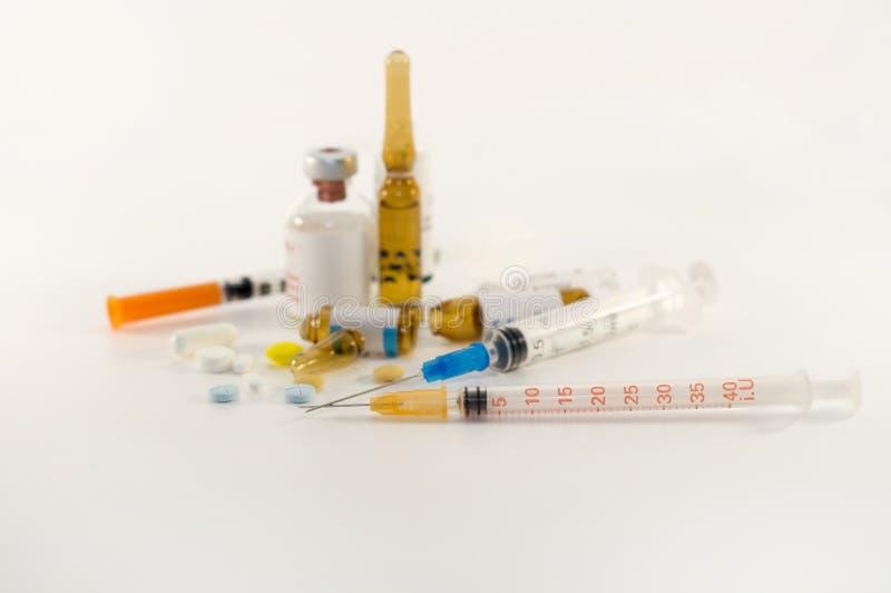 Seringas e medicinas no fundo branco fotografia de stock royalty free