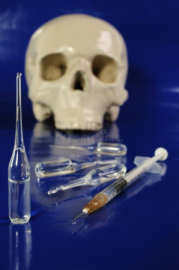 Seringue, ampoules et crâne médicaux images libres de droits