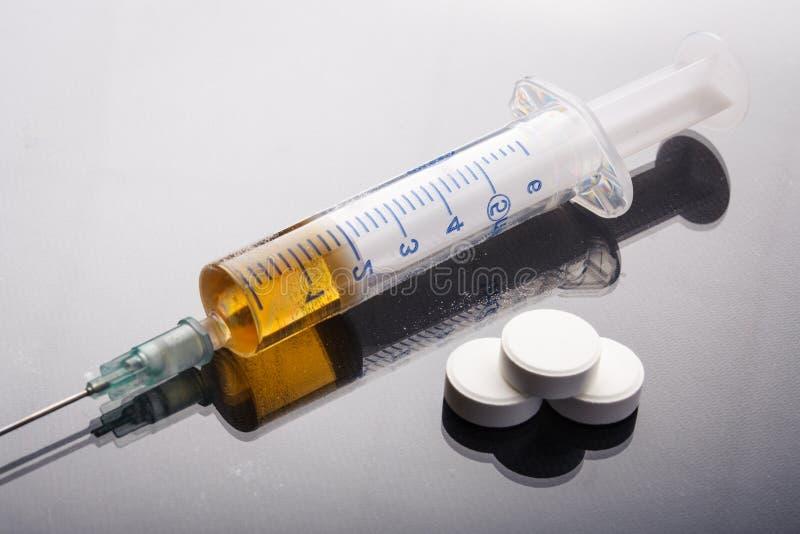 Seringue de drogue et héroïne cuite photographie stock libre de droits