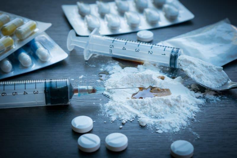 Seringue de drogue et héroïne cuite sur la cuillère photos libres de droits