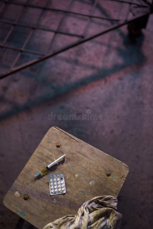 Seringue remplie de saisie sur une table - sentiment d'inqui?tude, de d?pression et de danger - paquet de pilules narcotiques photos stock