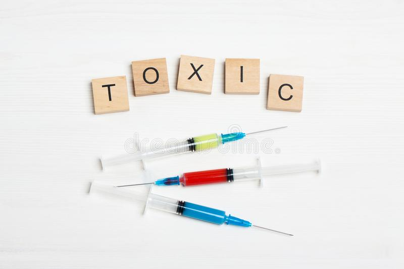 Seringues avec des toxines et l'inscription photo stock