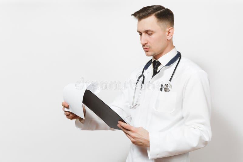 Serio experimentó al hombre joven hermoso del doctor aislado en el fondo blanco Doctor de sexo masculino en el uniforme médico, e imagen de archivo libre de regalías