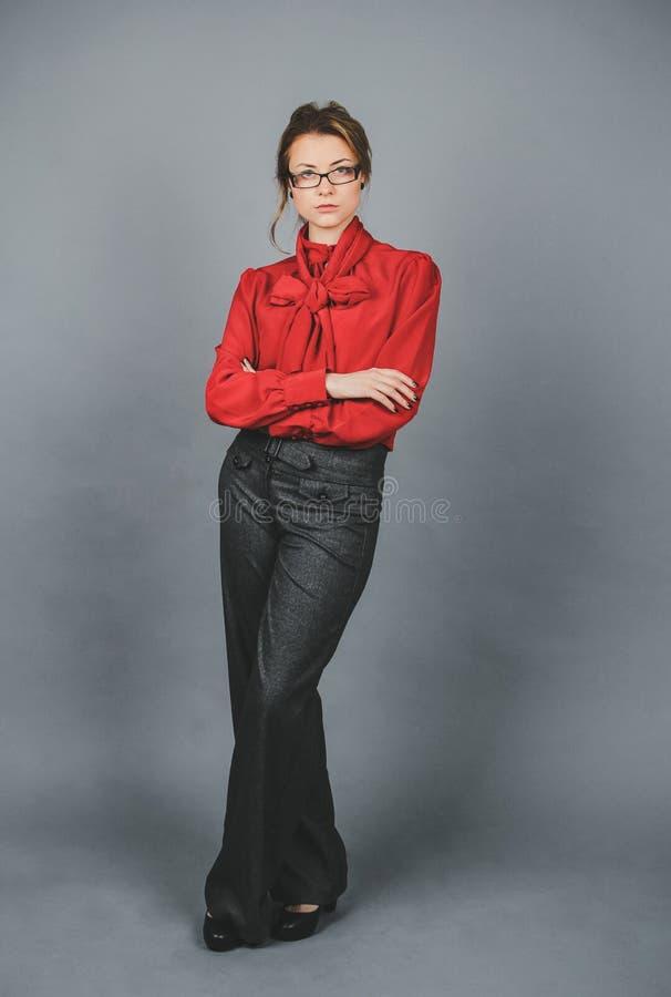 Seriouse kobieta w czerwonej bluzce i szkłach zdjęcie royalty free