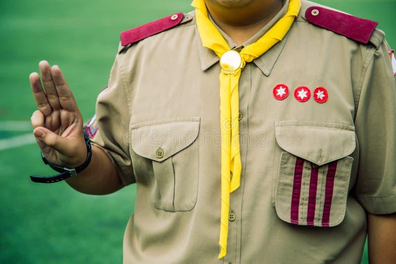 Serment asiatique de scouts de garçon expliqué dans des activités de camp en tant qu'élément du Th images stock