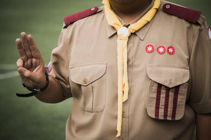 Serment asiatique de scouts de garçon expliqué dans des activités de camp en tant qu'élément du Th photo stock
