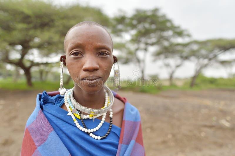Seronera, Tanzânia, o 12 de fevereiro de 2016: Mulheres de Maasai que vestem jewerly fotos de stock