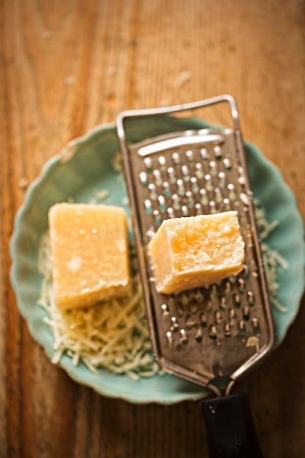 serowa głębii pola grater parmesan płycizna obrazy royalty free