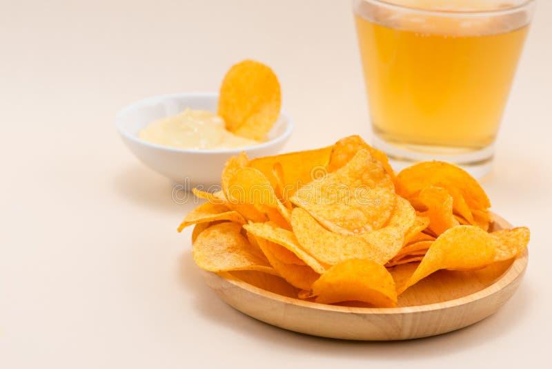 Serowe i cebulkowe frytki z miękkim napojem na stole fotografia stock