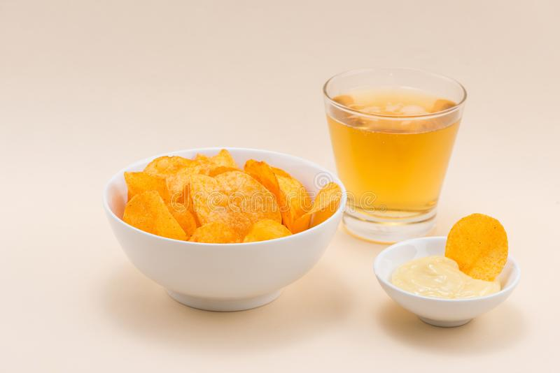 Serowe i cebulkowe frytki z miękkim napojem na stole obraz royalty free
