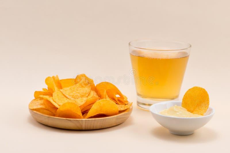 Serowe i cebulkowe frytki z miękkim napojem na stole fotografia royalty free