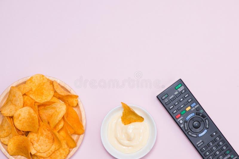 Serowe i cebulkowe frytki z miękkim napojem na stole zdjęcie stock