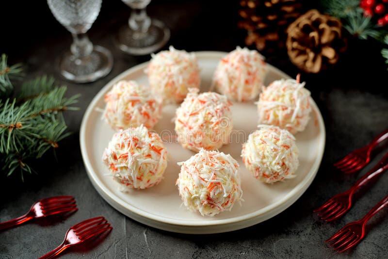 Serowe piłki w krabów goleniach są tradycyjnym Rosyjskim przekąską dla bożych narodzeń i nowego roku przyjęcia zdjęcia stock