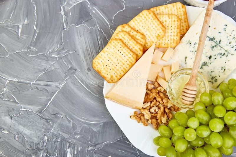 Serowego talerza rozmaitość i wino w szkłach, zdjęcie royalty free