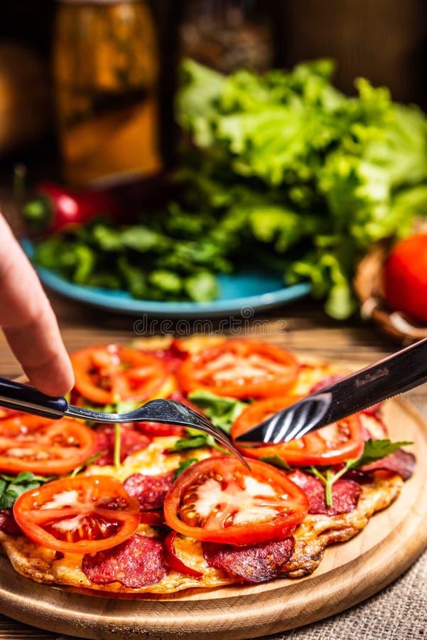 serowej pizzy salami pomidory zdjęcia royalty free