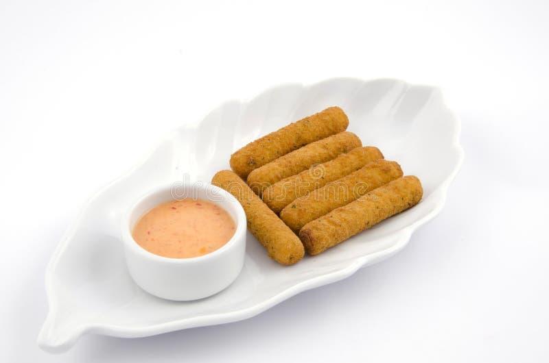 Download Serowi Croquettes W Bielu Talerzu Na Białym Tle Zdjęcie Stock - Obraz złożonej z dłoniaki, lunch: 106913392